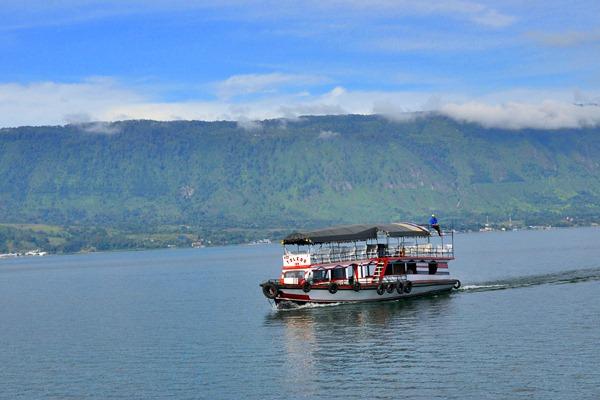 Perahu motor melintasi perairan Danau Toba menuju pulau Samosir, Sumatra Utara, Rabu (4/4). - Antara/Anis Efizudin