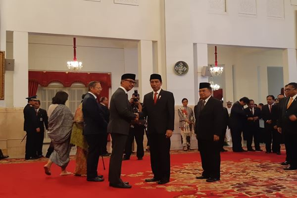 Presiden Joko Widodo memberi ucapan selamat kepada Agus Gumiwang usai dilantik menjadi menteri sosial menggantikan Idrus Marham./JIBI/Bisnis - Yodie Hardiyan