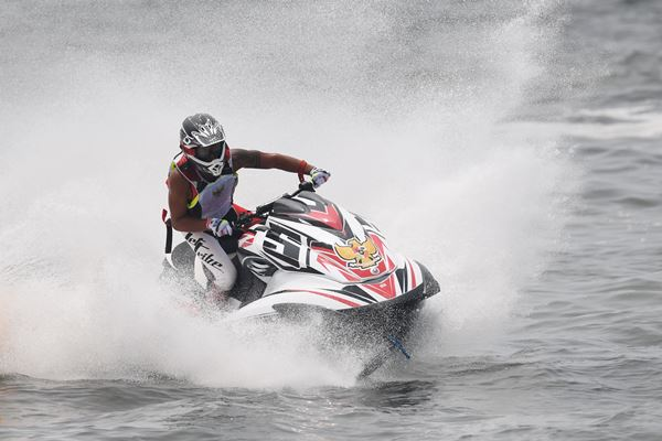 Atlet Jetski Indonesia Aqsa Sutan Aswar memacu jetski yang dikendarainya pada nomor pertandingan Runabout Limited di ajang Asian Games 2018 di Jet-Ski Indonesia Academy, Jakarta, Kamis, (23/8). - Antara