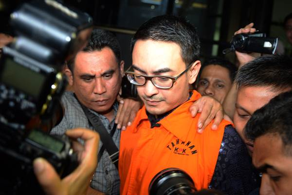 Tersangka kasus dugaan suap pengesahan Rancangan Anggaran Pendapatan Belanja Daerah (RAPBD) Provinsi Jambi tahun 2018 Zumi Zola mengenakan rompi tahanan usai menjalani pemeriksaan di gedung KPK, Jakarta, Senin (9/4/2018). - ANTARA/Akbar Nugroho Gumay