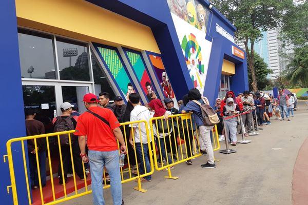 Pengunjung antre di Asian Games Official Super Store Gelora Bung Karno untuk membeli merchandise Asian Games 2018./JIBI/Bisnis - Feni Freycinetia