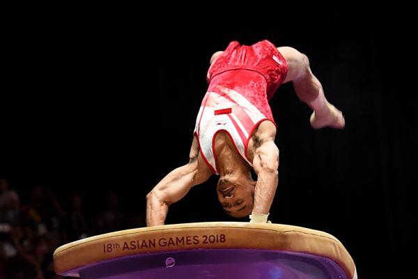 Pesenam Indonesia Agus Prayoko beraksi pada final nomor kuda-kuda lompat putra Asian Games 2018 di Jakarta International Expo (JIExpo) Kemayoran, Jakarta, Jumat (24/8). Agus Prayoko memperoleh medali perunggu.  - Antara