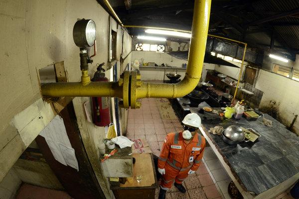 Petugas mengecek pipa jaringan gas rumah tangga. - Antara/Ardiansyah