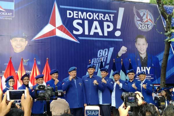 Partai Demokrat mengukuhkan Agus Harimurti Yudhoyono (keenam dari kiri) sebagai Komandan Satuan Tugas Bersama (Kogasma) untuk Pemilukada 2018 dan Pemilu 2019 di Wisma Proklamasi, Jakarta, pada Sabtu (17/2/2018). Bisnis.com - Agne Yasa