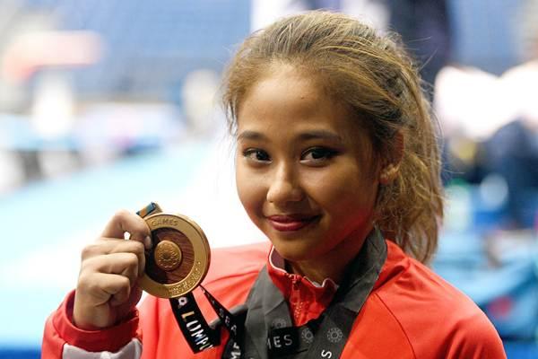 Pesenam putri Indonesia Rifda Irfanaluthfi saat memperlihatkan medali emas usai menjuarai nomor balok keseimbangan senam artistik perorangan putri SEA Games XXIX Kuala Lumpur di MiTeC, Kuala Lumpur, Malaysia, Rabu (23/8). - ANTARA/Sigid Kurniawan