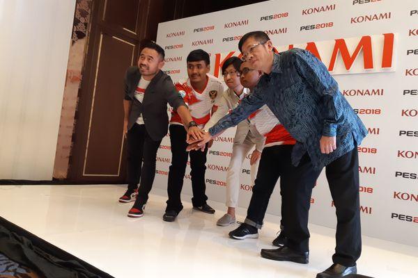 (Dari kiri ke kanan) Mantan pemain timnas sepak bola Indonesia Ponaryo Astaman, atlet eSports Indonesia Setia Widianto, Deputy Division Director of Promotion Planning Divisio Konami Digital Entertainment Co., Ltd. Takayuki Kurumada, atlet eSports Indonesia Elga Cahya Putra, dan Ketua Indonesia eSports Association (IeSPA) Eddy Lim usai diskusi media tentang eSports di Asian Games 2018 di Jakarta, Jumat (24/8). - Bisnis/Dhiany Nadya Utami