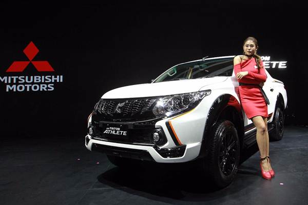 Model berpose dengan New Triton Athlete pada ajang Indonesia International Motor Show (IIMS) 2018 di Jakarta, Kamis (19/4/2018). - JIBI/Dwi Prasetya
