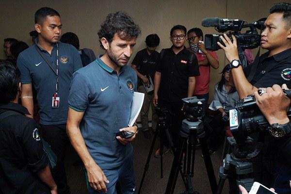 Pelatih timnas sepakbola Indonesia Luis Milla (kedua kiri) seusai memberikan keterangan kepada wartawan di Karawaci, Kabupaten Tangerang, Banten, Kamis (16/3). - Antara/Lucky R.