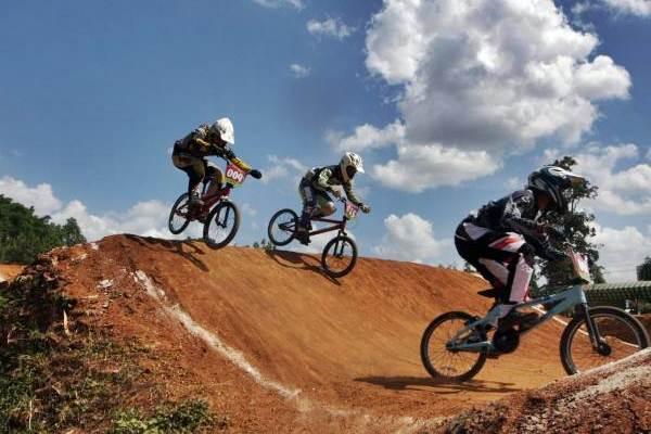 Pebalap sepeda BMX sedang berlomba. - JIBI