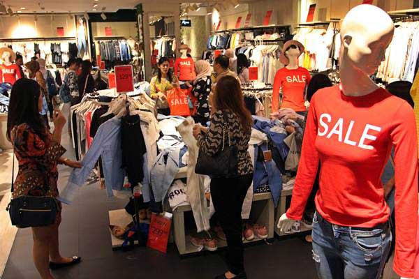 Pengunjung memilih pakaian di salah satu toko yang mengikuti program Jakarta Midnight Sale di sebuah mal, di Jakarta, Jumat (16/6). - Antara/Galih Pradipta
