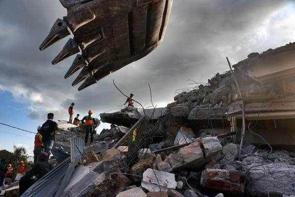 Relawan mencari korban yang tertimbun reruntuhan bangunan Masjid Nurul Iman yang rusak akibat gempa bumi di Pemenang, Lombok Utara, NTB, Selasa (7/8/2018). - ANTARA/Zabur Karuru