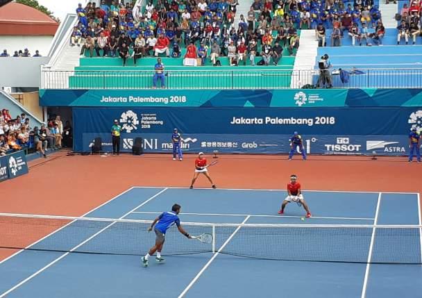Christopher Rungkat-Aldila Sutjiadi saat final melawan Sonchat Ratiwatana-Luksika Kumkhum dari Thailand di tennis court JSC. -  Bisnis/Dinda wulandari