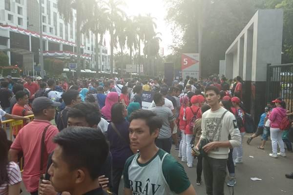 Warga memenuhi Komplek Gelora Bung Karno, Sabtu (25/8/2018). - Bisnis/Nur Faizah
