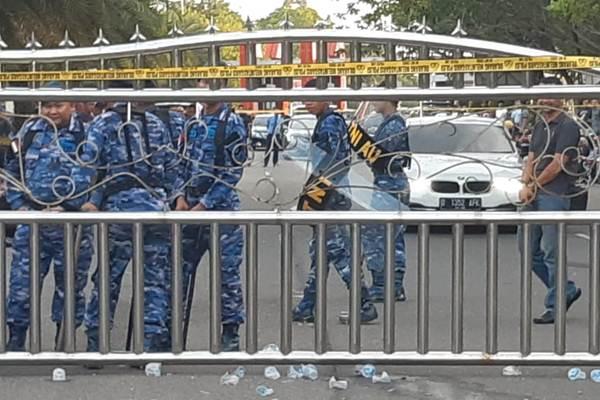 Petugas berjaga di pintu pagar Bandara Sultan Syarif Kasim II Pekanbaru, Sabtu. - Bisnis/Arif Gunawan