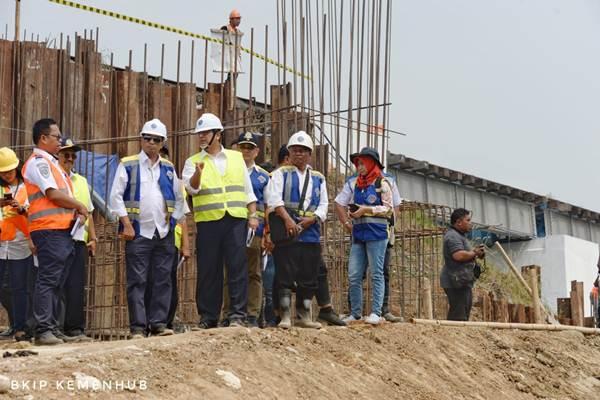 Menteri Perhubungan Budi Karya Sumadi saat memantau proyek jalur ganda kereta api Bogor - Sukabumi, Sabtu (25/8/2018). - Istimewa/Kemenhub