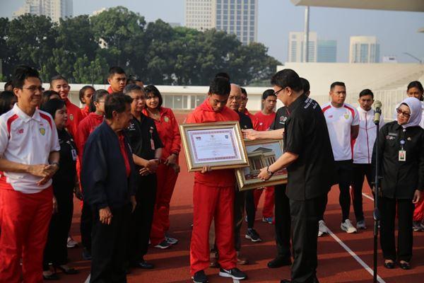 Menteri Dalam Negeri Tjahjo Kumolo memberikan apresiasi dan penghargaan kepada Lalu Muhammad Zohri di Stadion Madya Gelora Bung Karno, Kamis (17/6/2018). - Dok.Kemendagri
