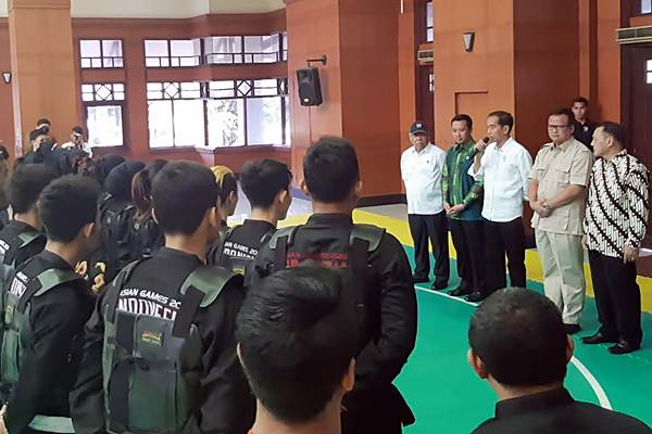 Presiden Joko Widodo (ketiga kanan) menyampaikan arahan kepada para atlet pencak silat di kawasan Taman Mini Indonesia Timur, Jakarta, Senin (6/8/2018). Arahan dari Presiden ini merupakan bagian dari persiapan Asian Games 2018. - JIBI/Yodie Hardiyan