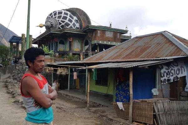 Rohan, warga Sembalun Bumbung menceritakan, kubah mesjid tidak bergeser saat gempa pertama terjadi pada Minggu, 29 Juli 2018. (Novitasari Simamora - Bisnis).