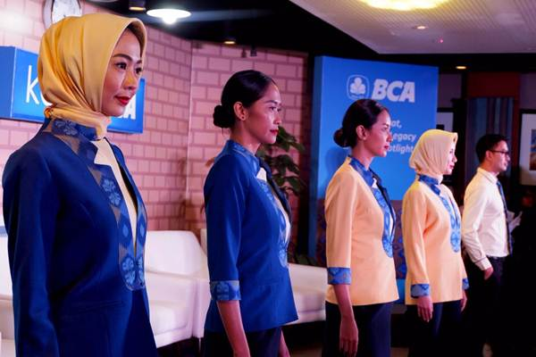 Karyawan PT Bank Central Asia Tbk mengenakan seragam baru pada peluncurannya, di Jakarta, Senin (9/7/2018). - JIBI/Nurul Hidayat