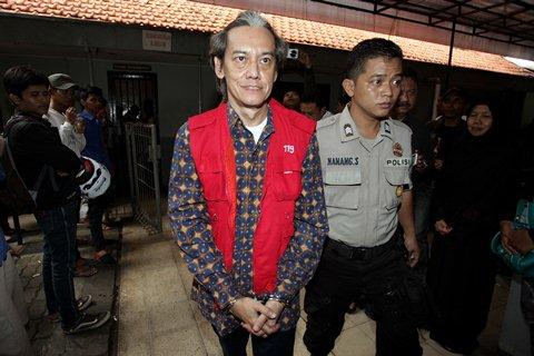 Musisi Fariz Rustam Munaf alias Fariz RM berjalan menuju ruangan untuk mengikuti sidang dengan agenda pembacaan putusan (vonis) di Pengadilan Negeri Jakarta Selatan, Rabu (6/5). - Antara/Muhammad Adimaja