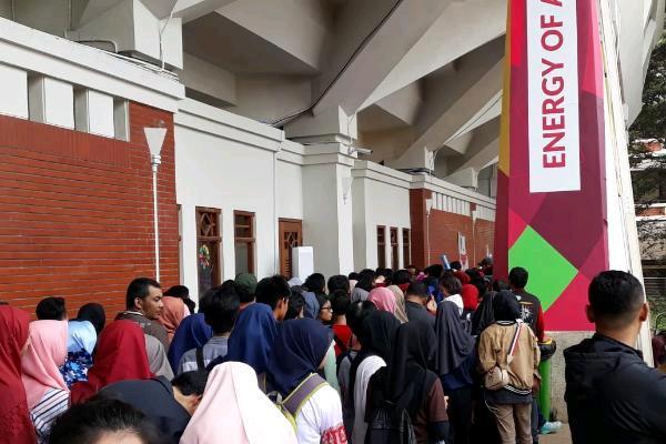 Suasana antrean suporter Indonesia di pintu masuk venue pencak silat di Padepokan Pencak Silat TMII Jakarta Timur Minggu pagi (26/8/2018)/Bisnis - Yusran Yunus