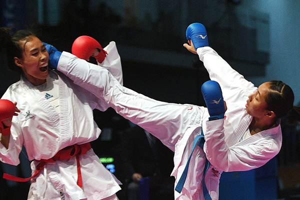 Karateka putri Indonesia Cok Istri Agung Sanestya Rani (kanan) melepaskan tendangan ke arah karateka putri Thailand Arm Sukkiaw dalam perebutan medali emas Karate kumite -61 Kg putri SEA Games XXIX Kuala Lumpur di KLCC, Kuala Lumpur, Malaysia, Rabu (23/8). - ANTARA/Sigid Kurniawan