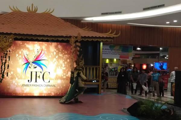 Peraga busana Jember Fashion Carnaval saat di Palembang Icon Mal. - Bisnis/Dinda Wulandari