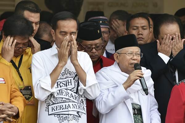 Calon presiden petahana Joko Widodo (kedua kiri) bersama calon wakil presiden Ma'ruf Amin (kedua kanan), Ketua Umum Partai Golkar Airangga Hartarto (kiri) dan Ketua Umum Partai Nasdem Surya Paloh (kanan) berdoa sebelum berangkat menuju KPU di Jakarta, Jumat (10/8/2018). - ANTARA/Puspa Perwitasari