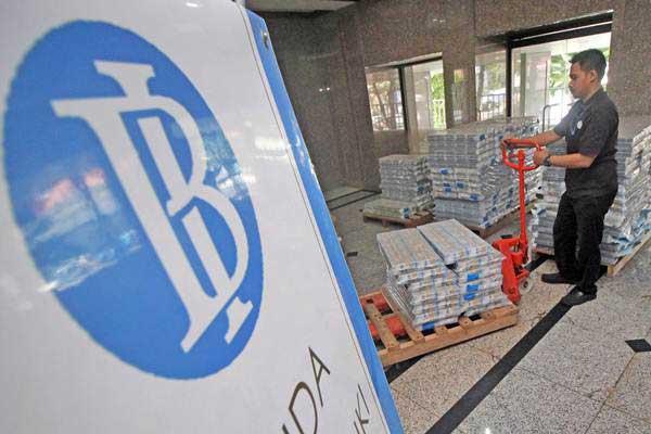 Petugas mengangkut tumpukan uang kertas pada bagian pelayanan perkasan Kanto Bank Indonesia - Antara/Moch Asim