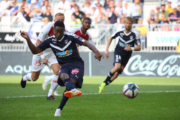 Penyerang Bordeaux Francois Kamano menjebol gawang AS Monaco dari titik penalti. - Twitter@Girondins