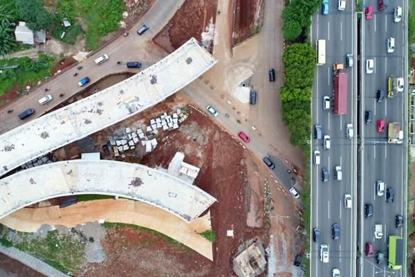 Kendaraan melintas di sekitar proyek pembangunan jalan tol Depok-Antasari (Desari), di Jakarta, Selasa (31/10). - JIBI/Nurul Hidayat