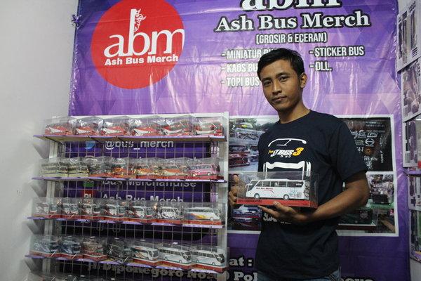 Dwi Utomo menunjukan hasil karyanya berupa minatur bus berbahan dasar kertas dalam pameran Wonogiri Creative Fest pada Sabtu (25/8) malam. - JIBI/Ichsan Kholif Rahman