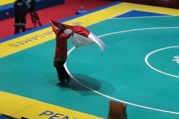 Pesilat Indonesia Puspa Arumsari melakukan selebrasi setelah memenangkan medali emas Asian Games 2018. - Bisnis/Yusran Yunus