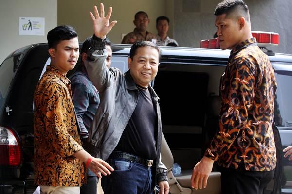 Terpidana kasus korupsi KTP elektronik Setya Novanto melambaikan tangan saat keluar dari Rutan KPK untuk dieksekusi menuju Rutan Sukamiskin Bandung oleh Petugas Komisi Pemberantasan Korupsi (KPK), di Jakarta, Jumat (4/5/2018). - ANTARA/Adam Bariq