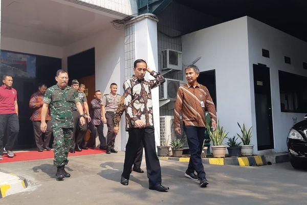 Presiden Joko Widodo keluar dari Paviliun Kartika Rumah Sakit Pusat Angkatan Darat (RSPAD) Gatot Subroto, Jakarta Pusat setelah menjenguk Presiden Ke-3 RI Baharuddin Jusuf Habibie, Senin (27/8). - Bisnis/Yodie Hardiyan