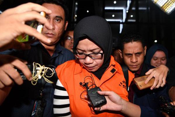 Tersangka yang juga Anggota DPR Komisi VII Eni Maulani Saragih (kedua kiri) dengan rompi tahanan menuju mobil tahanan usai diperiksa di kantor KPK, Jakarta, Sabtu (14/7). Dari hasil operasi tangkap tangan KPK pada Jumat (13/7), KPK menetapkan dan menahan Eni Maulani serta pemegang saham Blackgold Natural Resources Limited Johannes Budisutrisno Kotjo sebagai tersangka kasus dugaan suap terkait proyek pembangunan PLTU Riau-1 dengan barang bukti uang Rp500 juta dan tanda terima uang. - Antara/Sigid Kurniawan