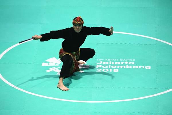 Pesilat Indonesia Puspa Arumsari tampil pada final tunggal putri pencak silat seni Asian Games 2018 di Padepokan Pencak Silat Taman Mini Indonesia Indah (TMII), Jakarta, Senin (27/8/2018). - ANTARA/Melvinas Priananda