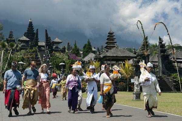 Umat Hindu membawa sesajen saat menggelar upacara di Pura Besakih yaitu Pura yang berada di kaki Gunung Agung, Karangasem, Bali, Selasa (19/9). - ANTARA/Nyoman Budhiana