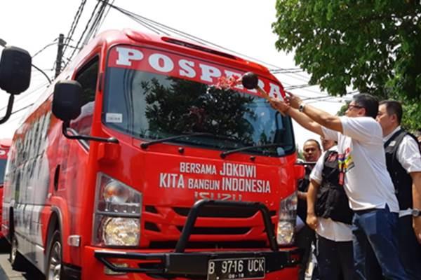 Penyiraman bunga mewarnai peluncuran bus pemenangan Jokowi-Ma'ruf Amin. - Bisnis/M. Ridwan