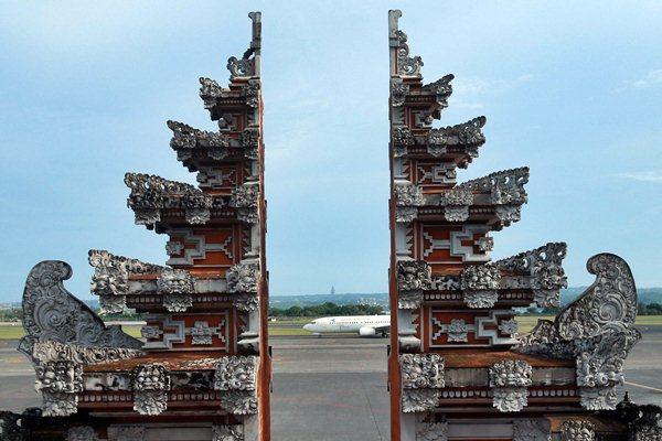 Pesawat udara mendarat di Bandara I Gusti Ngurah Rai, Bali, Sabtu (24/3). - JIBI/Abdullah Azzam