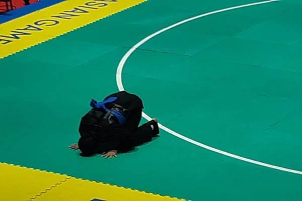 Pesilat putri Indonesia Sarah Monita sujud syukur setelah dinyatakan menang dan meraih medali emas Asian Games 2018. - Bisnis/Yusran Yunus
