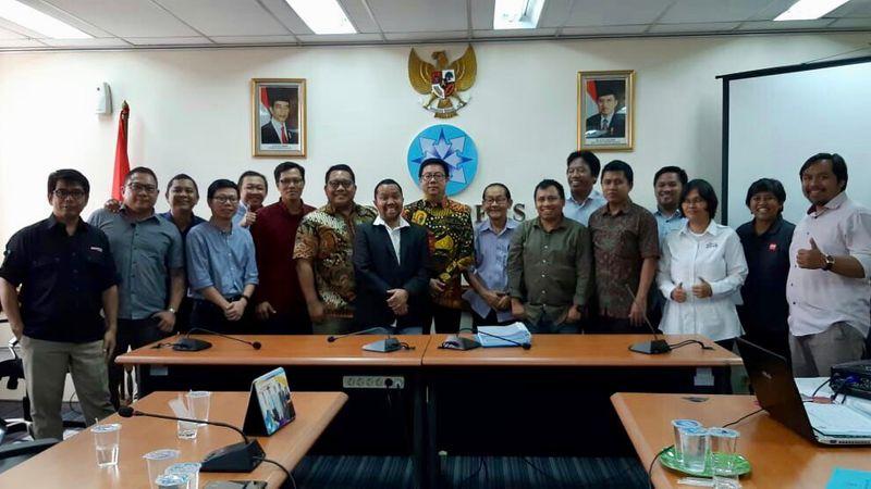 Pengurus Asosiasi Media Siber Indonesia (AMSI) dan Dewan Pers berfoto bersama usai penyerahan berkas organisasi dari pengurus AMSI di kantor Dewan Pers, Jakarta, Senin (27/8). - Istimewa