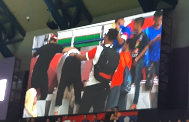 Terlihat di layar, pesilat Indonesia Abdul Malik mencium ibunya sesaat setelah dinyatakan menang dan meraih emas ke-8 untuk Indonesia - Bisnis/Yusran Yunus
