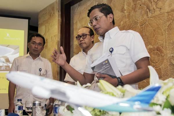 Direktur Utama PT Garuda Indonesia Pahala N Mansury (dari kanan) didampingi Direktur Sigit Muhartono, dan Direktur Helmi Imam Satriyono menjawab pertanyaan wartawan, seusai menyampaikan paparan kinerja kuartal III/2017, di gedung Aerofood ACS, Banten, Rabu (25/10). - JIBI/Felix Jody Kinarwan