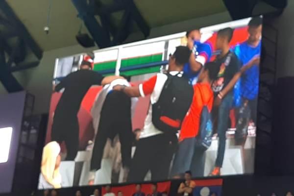 Pesilat Indonesia Abdul Malik mencium ibunya sesaat setelah dinyatakan menang dan meraih emas ke-8 untuk Indonesia. - Bisnis/Yusran Yunus