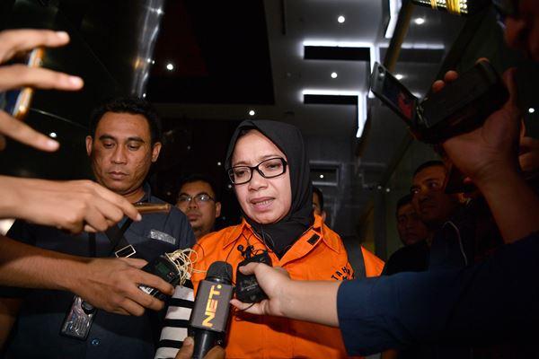 Tersangka yang juga Anggota DPR Komisi VII Eni Maulani Saragih (kedua kiri) dengan rompi tahanan menuju mobil tahanan usai diperiksa di kantor KPK, Jakarta, Sabtu (14/7). - Antara