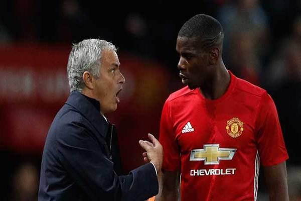 Manajer Tim Manchester United Jose Mourinho dan Paul Pogba - Reuters