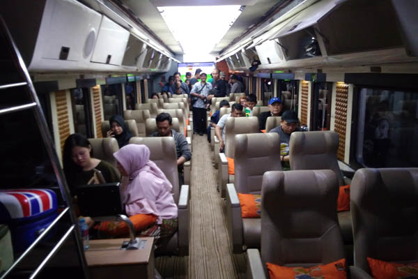 Suasa gerbong Kereta Priority di rangkaian Argo Muria Relasi Semarang-Gambir pp. - Bisnis/Alif Nazzala Rizqi