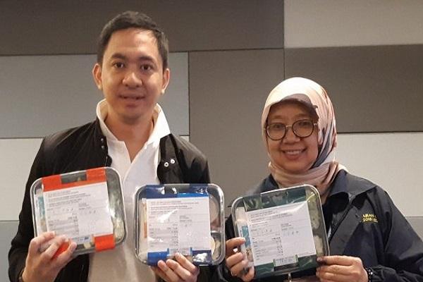 Direktur Utama GDSK Regi Datau menunjukkan salah satu contoh kemasan makanan dingin bagi atlet Asian Games 2018 - Antara