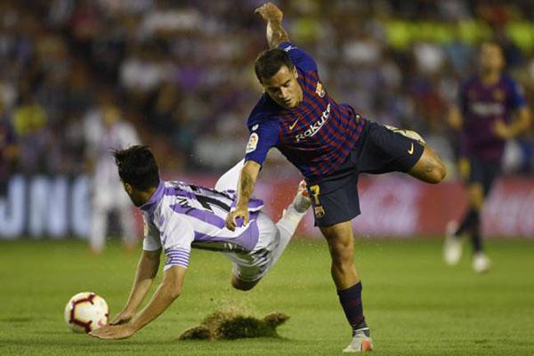 Rumput lapangan di Stadion Jose Zorrilla terkelupas setiap pemain Barcelona dan Valladolid berebut bola. - AS